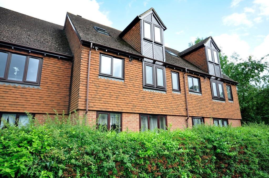 2 Bedrooms Maisonette Flat for sale in Wey Road, Godalming