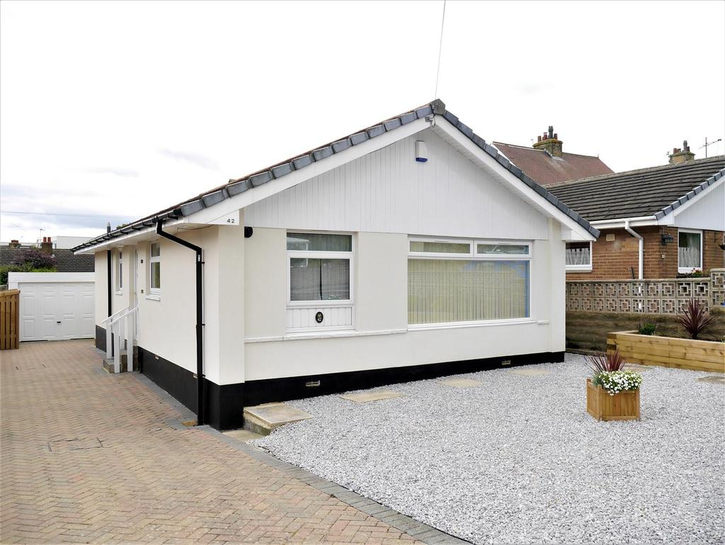 3 Bedrooms Detached Bungalow for sale in Moorcroft Road, Bradford, BD4 6NQ