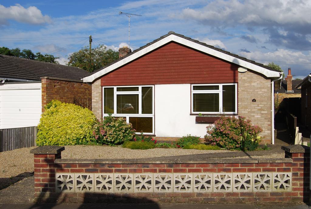 2 Bedrooms Detached Bungalow for sale in Larners Road, Toftwood, Dereham NR19