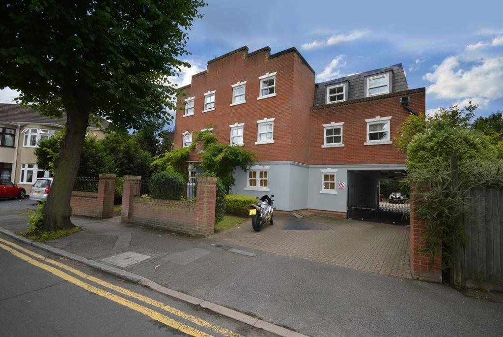 2 Bedrooms Apartment Flat for sale in Lords Court, Cranham Road, Hornchurch, Essex, RM11