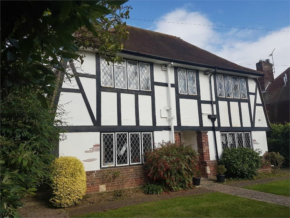 3 Bedrooms Detached House for sale in Fourth Avenue, FRINTON-ON-SEA, Essex