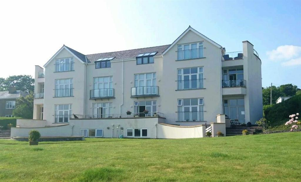 2 Bedrooms Flat for sale in Caernarfon Road, Pwllheli