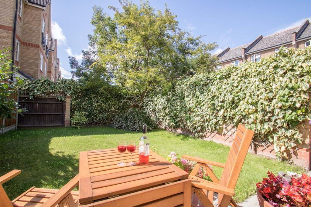 4 Bedrooms Semi Detached House for sale in Wheatsheaf Close, E14