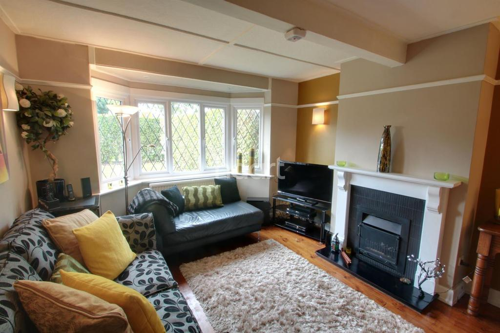 3 Bedrooms Semi Detached House for sale in Village Way