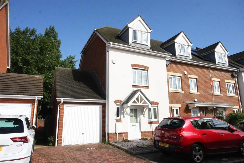 3 Bedrooms Semi Detached House for sale in Eaton Place, Larkfield, ME20 7GF