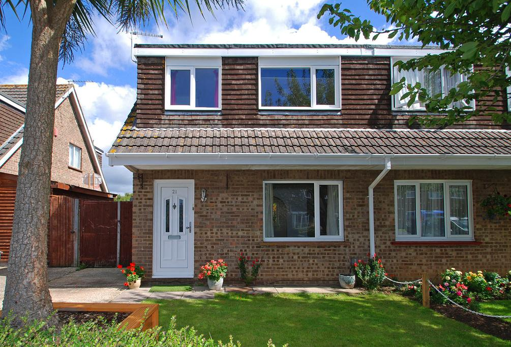 3 Bedrooms Semi Detached House for sale in Bucklers Way, Bournemouth, BH8