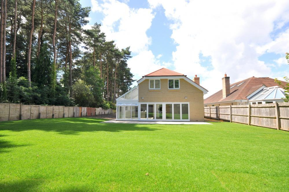 4 Bedrooms Detached House for sale in Ashley Heath, Ringwood, BH24 2PT