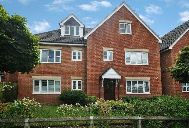 2 Bedrooms Flat for sale in Hunters Court, Reading Road, Winnersh,
