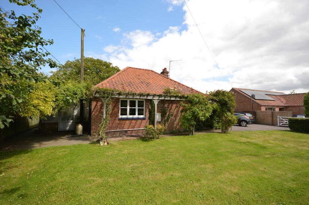 3 Bedrooms Detached Bungalow for sale in Fulmodestone Road, Hindolveston