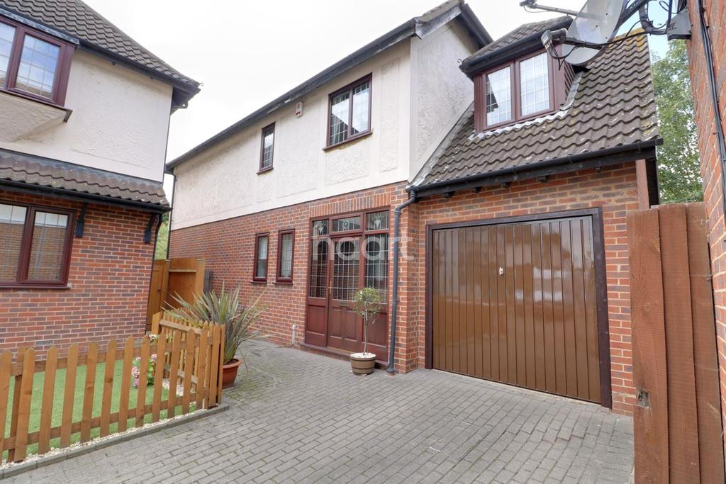 4 Bedrooms Detached House for sale in Beacons Close, Beckton