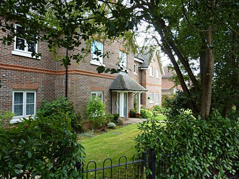 2 Bedrooms Flat for sale in FLACKWELL HEATH