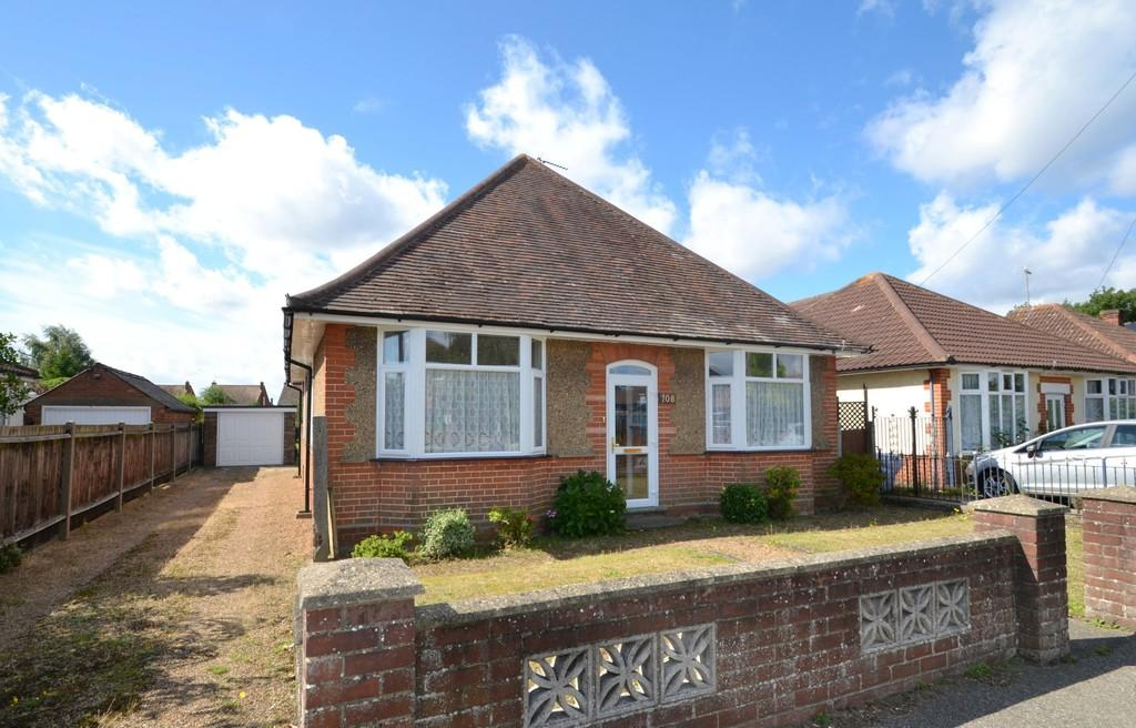 4 Bedrooms Detached Bungalow for sale in Foxhall Road, Ipswich, Suffolk, IP4 5TD