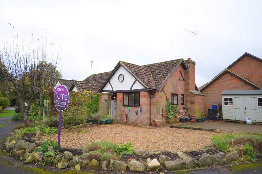 2 Bedrooms Semi Detached Bungalow for sale in Broadlands Close, Bentley