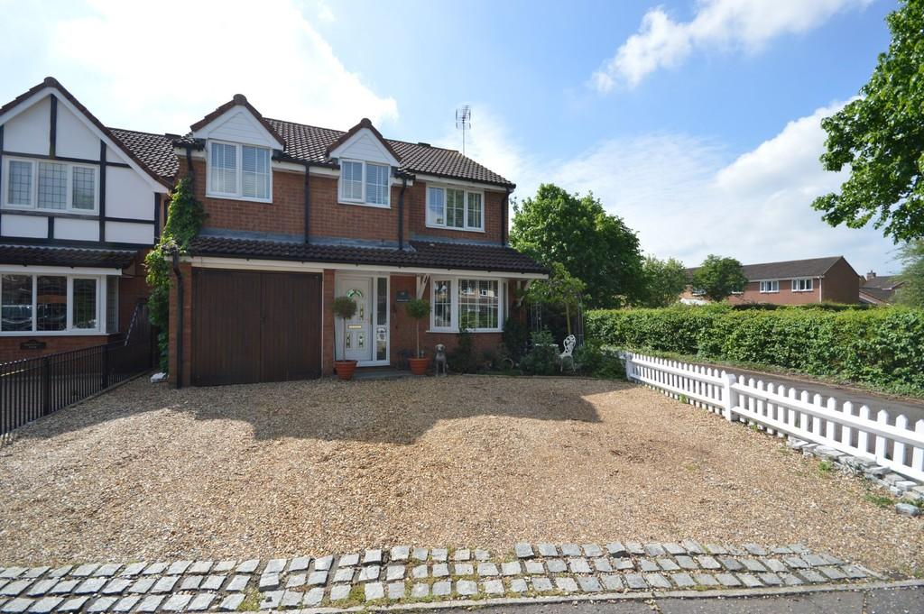4 Bedrooms Detached House for sale in Scythe Way, Colchester