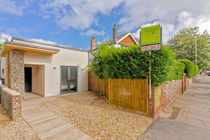 2 Bedrooms Detached Bungalow for sale in Shakespeare Road, Worthing
