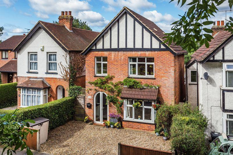 3 Bedrooms Detached House for sale in Worplesdon Road, Guildford