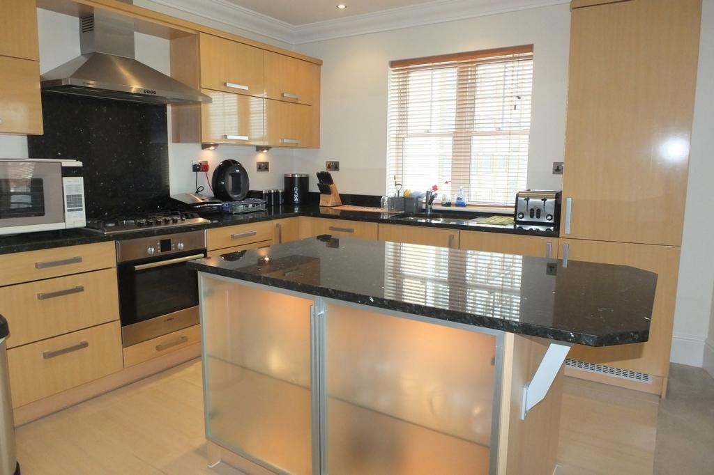 2 Bedrooms Flat for sale in Sussex Road, Haywards Heath, RH16