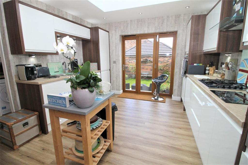 3 Bedrooms Semi Detached House for sale in Ormesby Bank, Ormesby, Middlesbrough