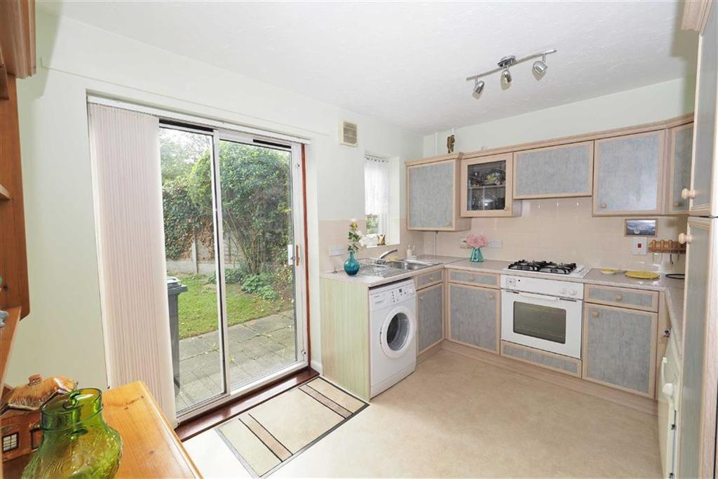 2 Bedrooms Terraced House for sale in Maybury Close, Loughton, Essex