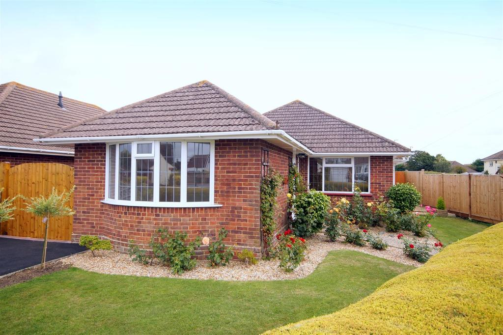 3 Bedrooms Detached Bungalow for sale in Lane End Road, Middleton-On-Sea