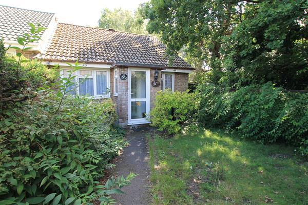 2 Bedrooms Bungalow for sale in Jacaranda Close, Bordon, Bordon