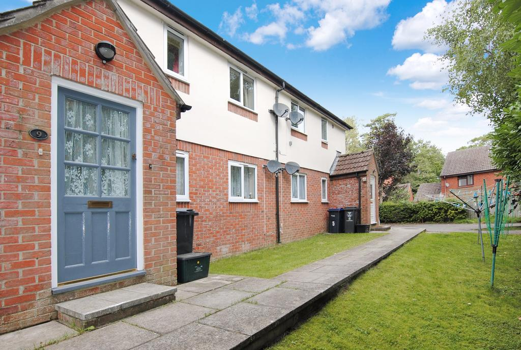 2 Bedrooms Flat for sale in Walnut Close, Netheravon, Salisbury, SP4 9QS.