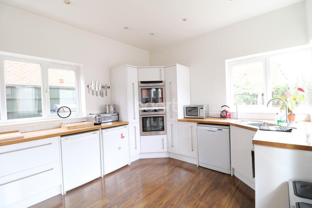 4 Bedrooms Detached House for sale in Newark Road, Coddington
