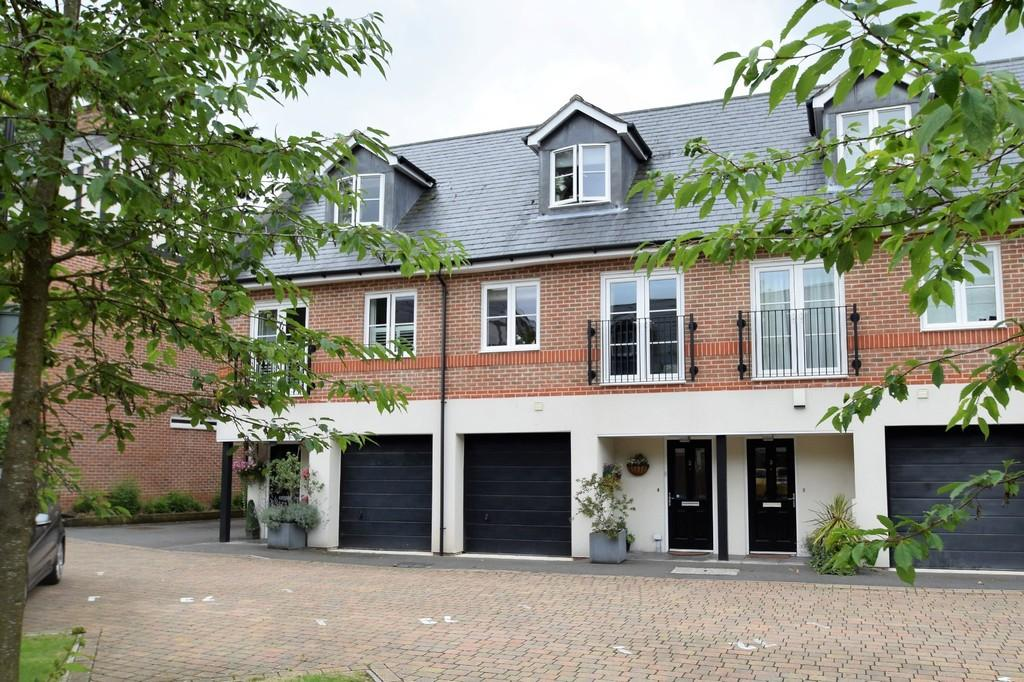 3 Bedrooms Town House for sale in Weatherill Close, Boxgrove Gardens, Guildford GU1 2SP