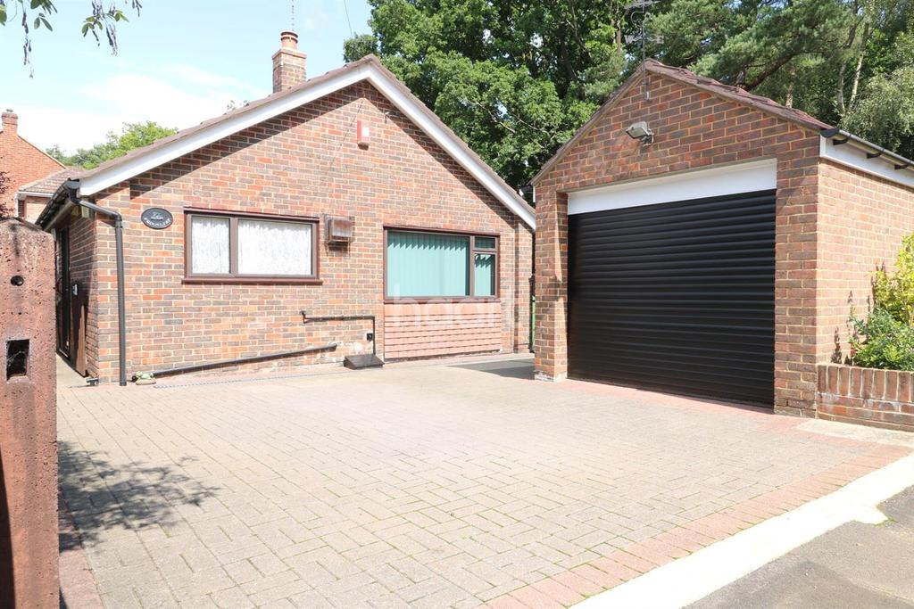 2 Bedrooms Bungalow for sale in Frogleaps, Fuglemere road, Fleet