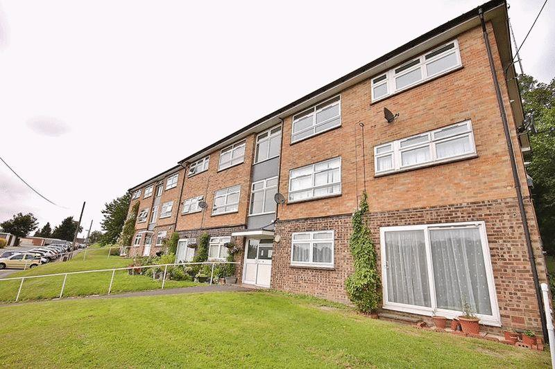 2 Bedrooms Flat for sale in Edgeworth Close, Whyteleafe