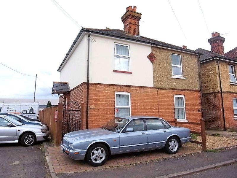 3 Bedrooms Semi Detached House for sale in Mangles Road, Guildford