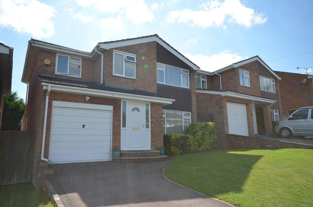 4 Bedrooms Detached House for sale in Rushden Way, Farnham