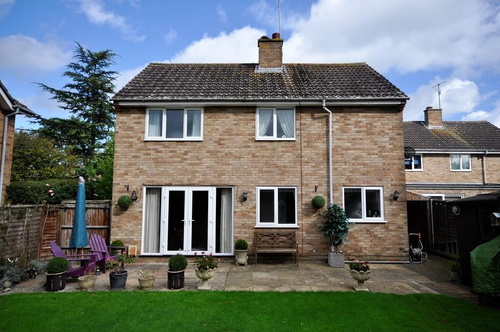 3 Bedrooms Detached House for sale in Trelawne Drive, Cranleigh