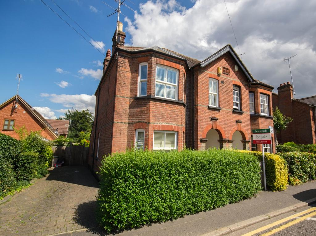 4 Bedrooms Semi Detached House for sale in Hutton Road, Shenfield, Brentwood, Essex, CM15