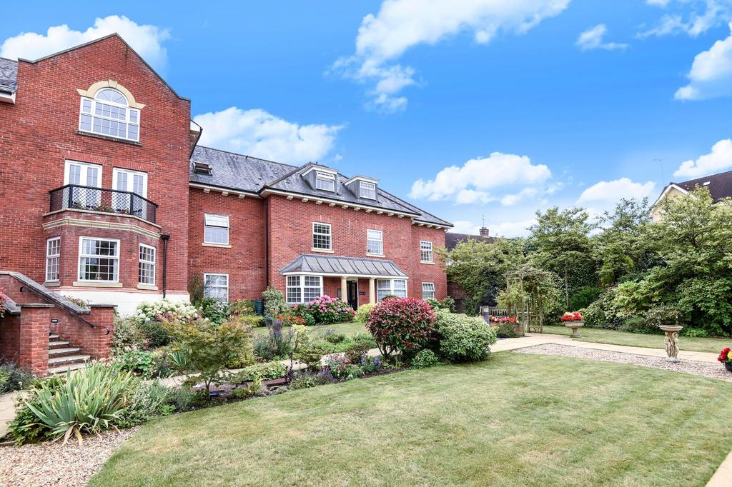3 Bedrooms Flat for sale in Potters Place, Horsham, RH12