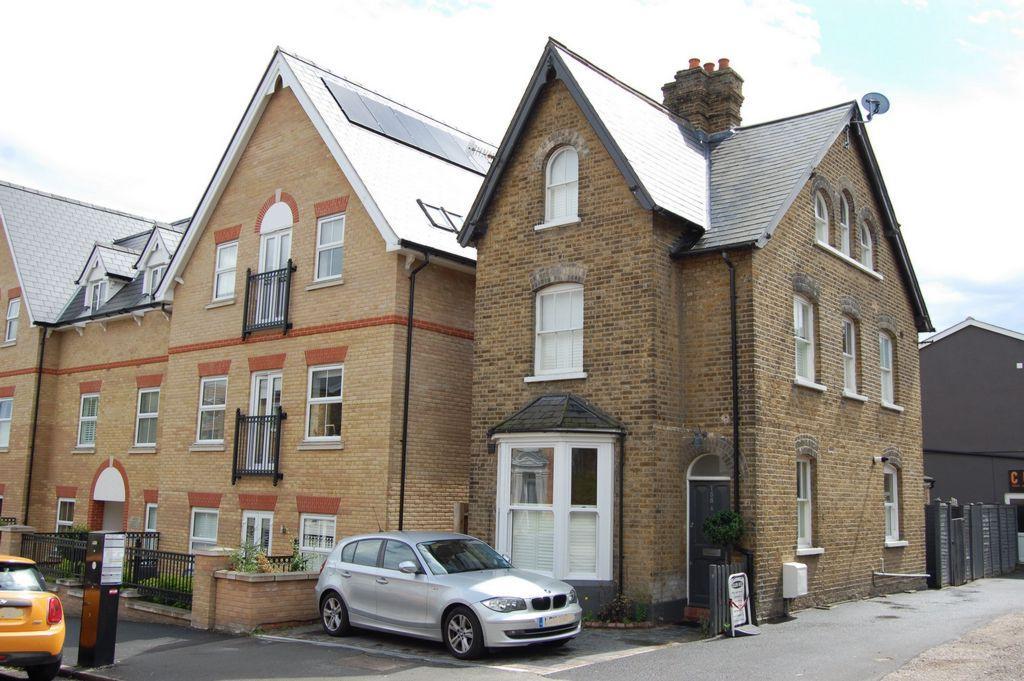 1 Bedroom Flat for sale in Queens Road, Buckhurst Hill, IG9