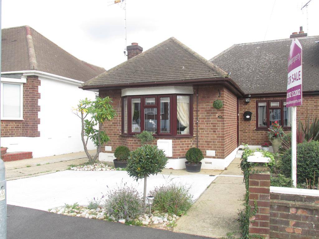 3 Bedrooms Semi Detached Bungalow for sale in Orchard Grove, Eastwood, Essex SS9