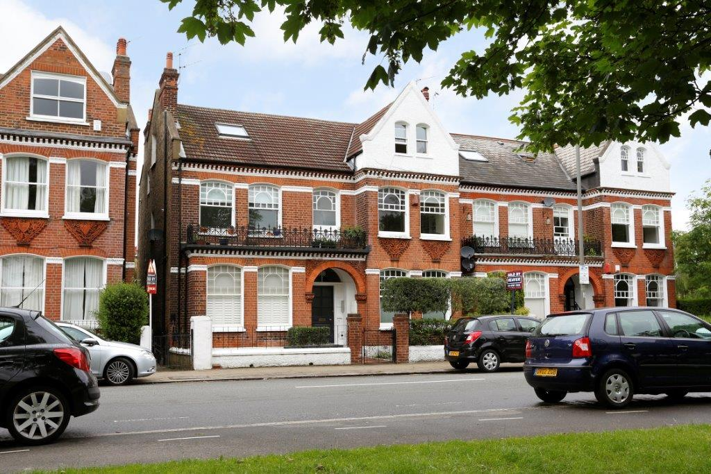 2 Bedrooms Flat for sale in Elmbourne Road, London SW17
