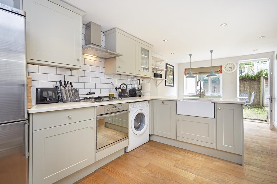 2 Bedrooms Ground Flat for sale in Cobbold Road, London W12