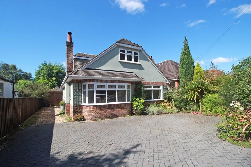 3 Bedrooms Detached Bungalow for sale in Hurn Road, Christchurch