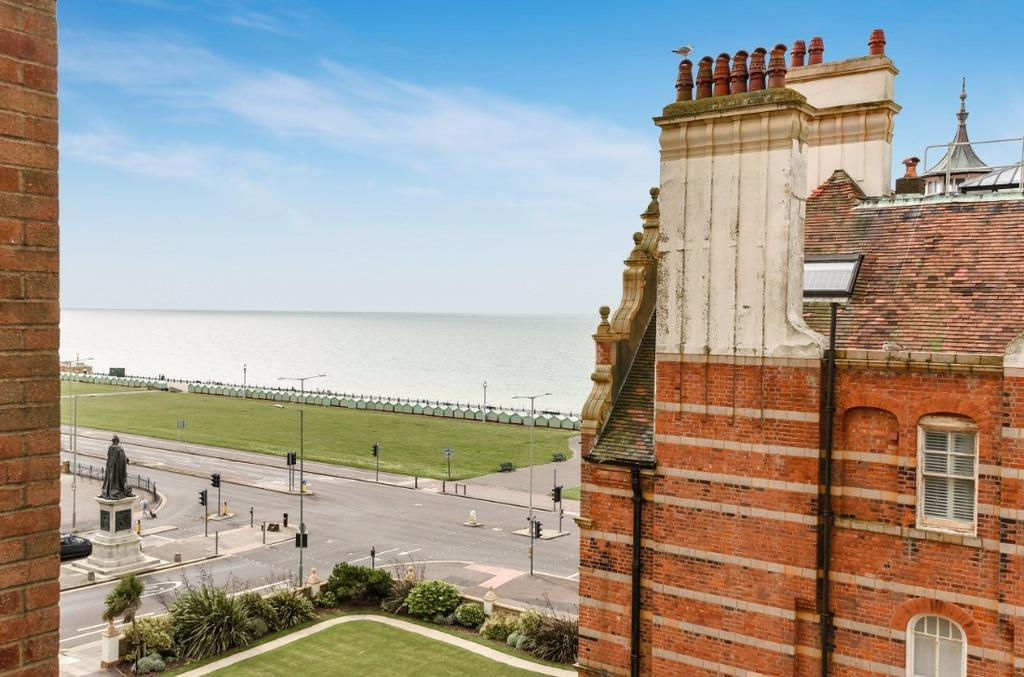 2 Bedrooms Flat for sale in Grand Avenue Hove East Sussex BN3