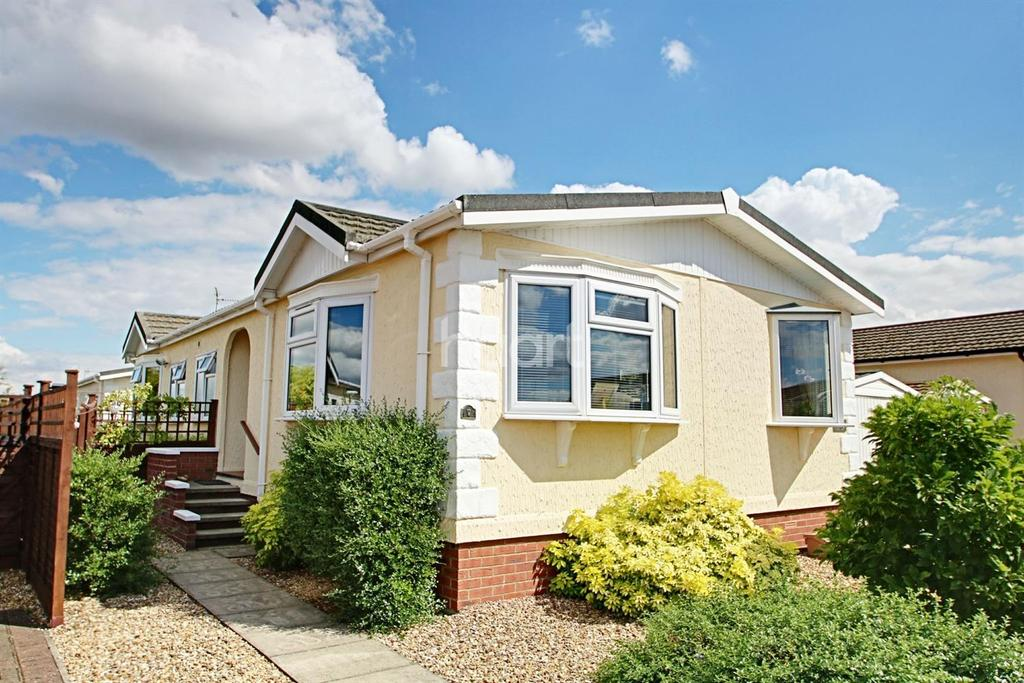 3 Bedrooms Bungalow for sale in Fenland Village, Wisbech