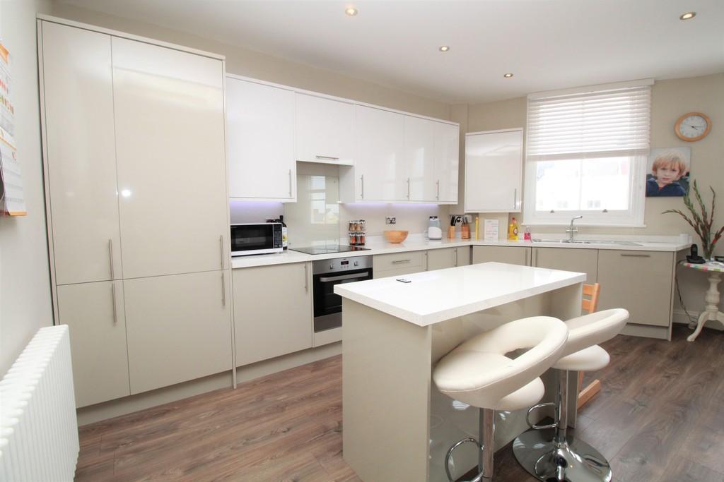 2 Bedrooms Flat for sale in St. Aubyns, Hove, BN3 2TB