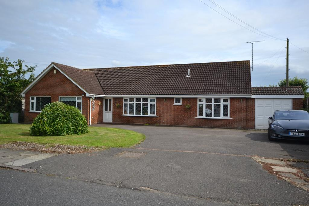 4 Bedrooms Detached Bungalow for sale in Thames Haven Road, Corringham, Stanford-le-Hope, SS17