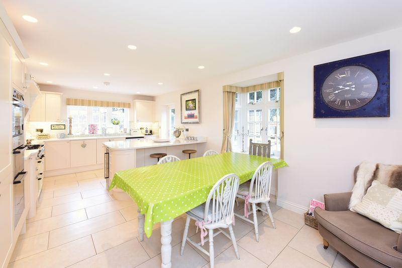 4 Bedrooms Detached House for sale in Bookham