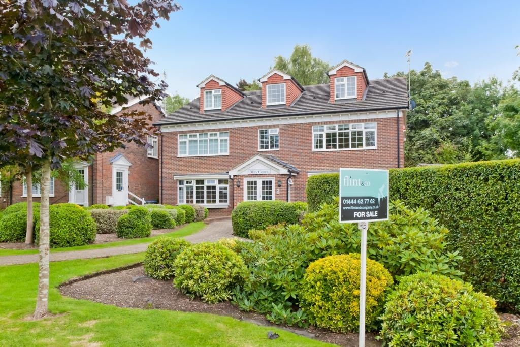 2 Bedrooms Flat for sale in Max Court, The Welkin, RH16