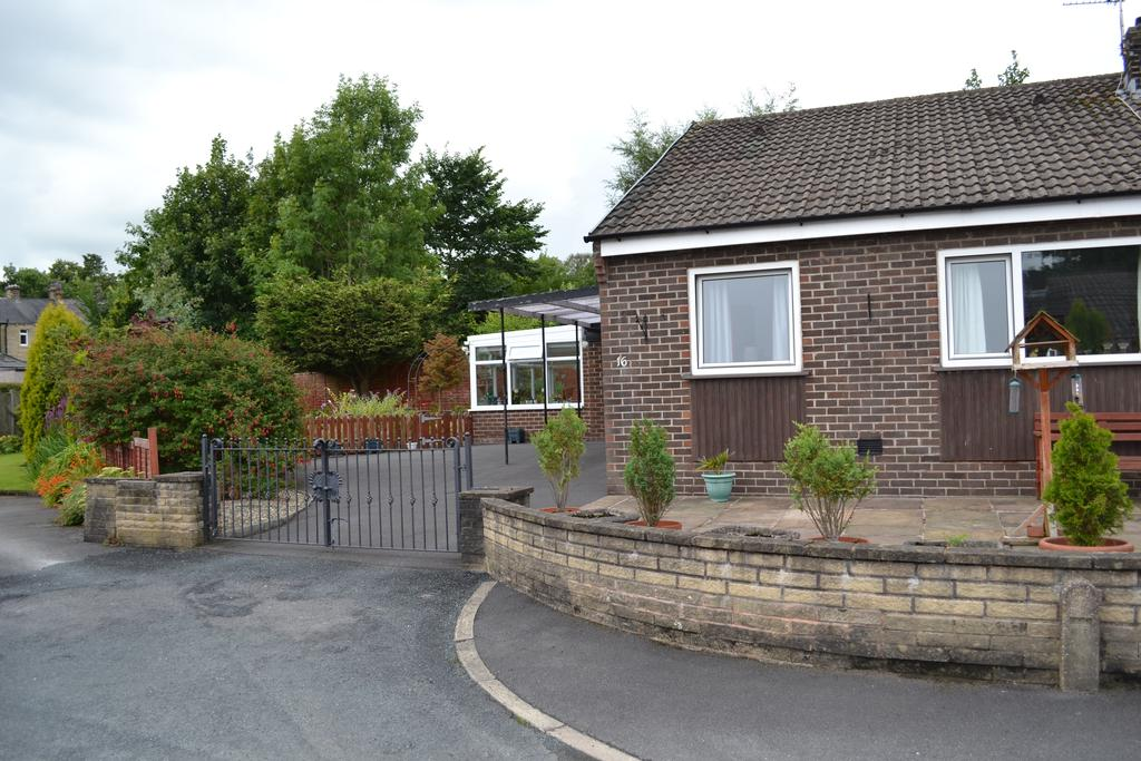 2 Bedrooms Semi Detached Bungalow for sale in Langholme Close, Barrowford BB9