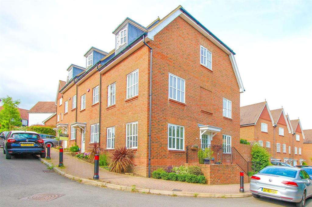 3 Bedrooms End Of Terrace House for sale in Weavers Mead, Haywards Heath