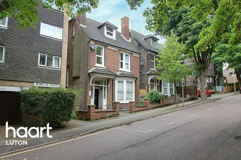 2 bedroom flat for sale - A Short Stroll From The Train Station