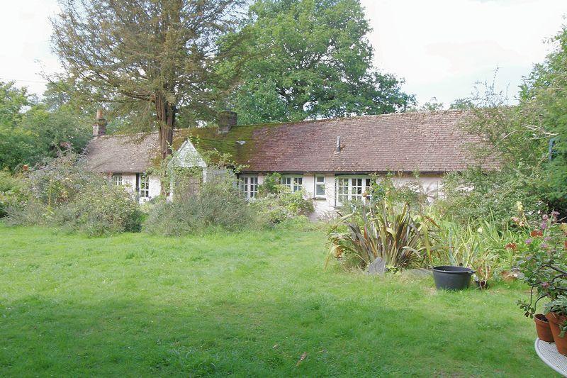 2 Bedrooms Cottage House for sale in Sandy Lane, Farnham